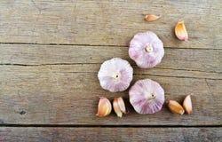 Σκόρδο στον ξύλινο πίνακα Στοκ εικόνα με δικαίωμα ελεύθερης χρήσης