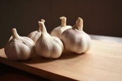 Σκόρδο στο ξύλινο πιάτο Στοκ φωτογραφία με δικαίωμα ελεύθερης χρήσης