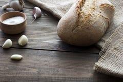 Σκόρδο, άλας και μια φραντζόλα του ψωμιού Στοκ Εικόνες