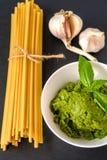 Σκόρδο ζυμαρικών και σάλτσα Pesto Στοκ φωτογραφίες με δικαίωμα ελεύθερης χρήσης