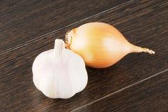 Σκόρδο και κρεμμύδι στην ξύλινη επιφάνεια Στοκ Εικόνα