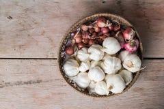 Σκόρδο και κρεμμύδι στο καλάθι Στοκ Εικόνα