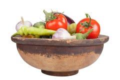Σκόρδο, μελιτζάνες, ντομάτες, κρεμμύδι, αγγούρια και πιπέρια σε παλαιό Στοκ εικόνες με δικαίωμα ελεύθερης χρήσης