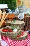 Σκόρδο, ντομάτες, δεντρολίβανο, κόκκινο πιπέρι και θυμάρι Εκλεκτική εστίαση Στοκ εικόνα με δικαίωμα ελεύθερης χρήσης