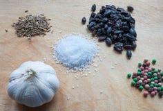 Σκόρδο, πιπέρι, barberry, άλας, κύμινο Στοκ Εικόνες
