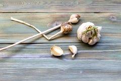 Σκόρδο σε έναν ξύλινο πίνακα στοκ εικόνα με δικαίωμα ελεύθερης χρήσης