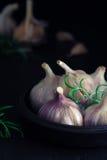 Σκόρδο σε έναν πίνακα - ευμετάβλητο στοκ φωτογραφίες