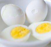 Σκληρά βρασμένα αυγά με το χαρτοκιβώτιο Στοκ Εικόνες