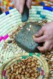 Σκληρά εργαζόμενα αραβικά χωρίζοντας argan γυναικών καρύδια Στοκ Φωτογραφία