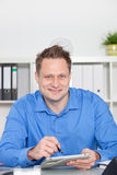 Σκληρά εργαζόμενος νέος επιχειρηματίας στο γραφείο του Στοκ εικόνα με δικαίωμα ελεύθερης χρήσης