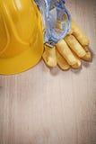 Σκληρά καπέλων προστατευτικά δίοπτρα γαντιών δέρματος προστατευτικά στον ξύλινο πίνακα const Στοκ φωτογραφίες με δικαίωμα ελεύθερης χρήσης