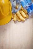 Σκληρά μπλε σχεδιαγράμματα γυαλιών γαντιών καπέλων προστατευτικά ξύλινο boa Στοκ εικόνες με δικαίωμα ελεύθερης χρήσης