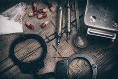 Σκληρά ναρκωτικά στον ξύλινο πίνακα στοκ εικόνες με δικαίωμα ελεύθερης χρήσης