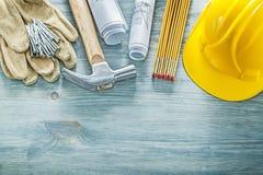 Σκληρά σχεδιαγράμματα ξύλινο μ καρφιών σφυριών νυχιών γαντιών καπέλων προστατευτικά Στοκ φωτογραφία με δικαίωμα ελεύθερης χρήσης
