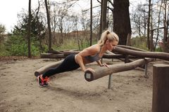 Σκληρή νέα γυναίκα που κάνει pushups Στοκ εικόνα με δικαίωμα ελεύθερης χρήσης