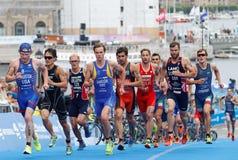 Σκληρή πάλη μεταξύ του τρεξίματος triathletes Sandor, Lagerstrom, Bowd Στοκ φωτογραφία με δικαίωμα ελεύθερης χρήσης