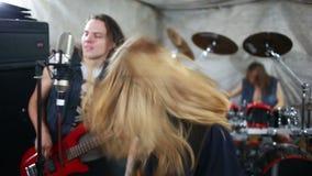 Σκληρή ροκ παιχνιδιού ορχήστρας ροκ στο στούντιο απόθεμα βίντεο