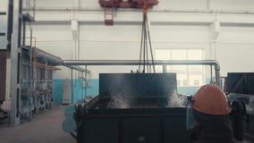 Σκληραίνοντας πλίνθωμα χάλυβα στο χώρο εργασίας, μεγάλη red-hot λεπτομέρεια μετάλλων από το φούρνο μετάλλων στο γερανό απόθεμα βίντεο