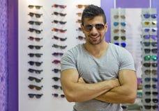 Σκληρός άνδρας με τα γυαλιά ηλίου Στοκ Φωτογραφία