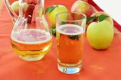 Σκληρός μηλίτης της Apple στο γυαλί και τη στάμνα Στοκ Εικόνες