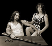 Σκληρός προκλητικός άνδρας με τη σκληρή προκλητική γυναίκα και ένα κυνηγετικό όπλο με το shellson Στοκ Εικόνες