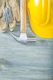 Σκληρό ζευγάρι καπέλων των προστατευτικών καρφιών σφυριών νυχιών γαντιών στο ξύλινο β Στοκ Φωτογραφία