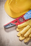 Σκληρό μπλε κυλημένο engineerin επιπέδων κατασκευής γαντιών ασφάλειας καπέλων Στοκ φωτογραφίες με δικαίωμα ελεύθερης χρήσης