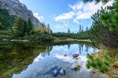 σλοβάκικη Καρπάθια λίμνη βουνών το φθινόπωρο Pleso Popradske Στοκ εικόνα με δικαίωμα ελεύθερης χρήσης
