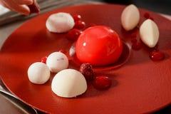 Σμέουρα και mousse κέικ στοκ φωτογραφίες με δικαίωμα ελεύθερης χρήσης