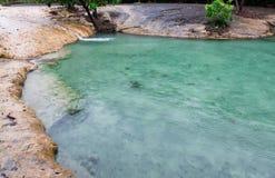 Σμαραγδένια βροχερή ημέρα της Ταϊλάνδης krabi λιμνών Στοκ φωτογραφία με δικαίωμα ελεύθερης χρήσης
