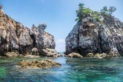 Σμαραγδένια θάλασσα απότομων βράχων βράχου στο νησί lipe Στοκ εικόνα με δικαίωμα ελεύθερης χρήσης