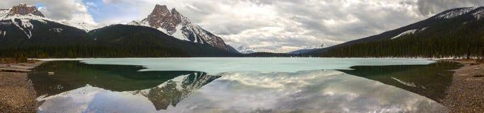 Σμαραγδένια λιμνών ευρέα πανοραμικά τοπίων καναδικά δύσκολα βουνά πάρκων Yoho εθνικά στοκ φωτογραφία