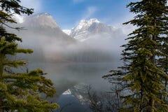 Σμαραγδένια λίμνη μέσω των δέντρων Π.Χ. Καναδάς στοκ φωτογραφίες