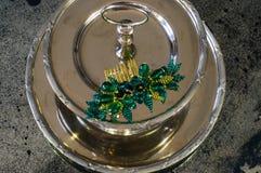 Σμαραγδένια πράσινη χειροποίητη πόρπη μαλλιών στο two-tier πιάτο δίσκων μετάλλων Στοκ Εικόνα