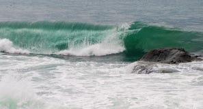 Σμαραγδένιοι κύμα και βράχος θάλασσας Στοκ φωτογραφίες με δικαίωμα ελεύθερης χρήσης