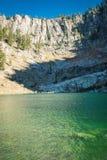 Σμαραγδένιοι πράσινοι απότομοι βράχοι λιμνών και βουνών Στοκ Φωτογραφία