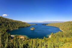 Σμαραγδένιος κόλπος στη λίμνη Tahoe με το νησί Fannette, Καλιφόρνια, ΗΠΑ στοκ φωτογραφίες