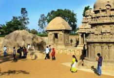 Σμιλευμένες αίθουσες με τους επισκέπτες με το φοίνικα στο mahabalipuram- πέντε rathas Στοκ εικόνα με δικαίωμα ελεύθερης χρήσης