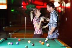 Σνούκερ παιχνιδιού μπύρας κατανάλωσης ζεύγους κατά την ημερομηνία στοκ φωτογραφία