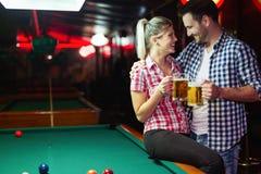 Σνούκερ παιχνιδιού μπύρας κατανάλωσης ζεύγους κατά την ημερομηνία στοκ εικόνες