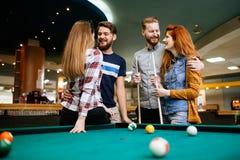 Σνούκερ παιχνιδιού ομάδας ανθρώπων στοκ φωτογραφίες