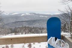 σνόουμπορντ Ένας πίνακας για την οδήγηση στο χιόνι Σνόουμπορντ που στέκεται στο χιόνι Στοκ Φωτογραφία