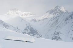 Σνόουμπορντ στην κλίση στα αλπικά βουνά Στοκ Εικόνα