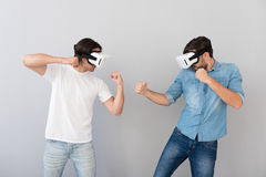 Σοβαρά άτομα που χρησιμοποιούν τα γυαλιά εικονικής πραγματικότητας Στοκ φωτογραφία με δικαίωμα ελεύθερης χρήσης
