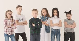 Σοβαρά αγόρια και κορίτσια που δείχνουν τα δάχτυλα στη κάμερα απόθεμα βίντεο