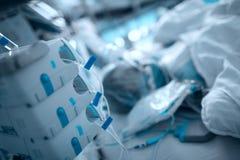 Σοβαρά ασθενής που συνδέεται άρρωστος με τον εξοπλισμό εντατικής παρακολούθησης στοκ εικόνες