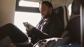 Σοβαρά ευρωπαϊκά ανεξάρτητα μηνύματα δακτυλογράφησης εργαζομένων στον αγγελιοφόρο app smartphone που ταξιδεύει στο κάθισμα παραθύ απόθεμα βίντεο