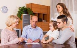 Σοβαρά οικογενειακά μέλη με τους λογαριασμούς Στοκ φωτογραφία με δικαίωμα ελεύθερης χρήσης