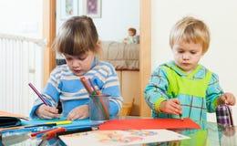 Σοβαρά παιδιά που σύρουν με τα μολύβια Στοκ φωτογραφία με δικαίωμα ελεύθερης χρήσης
