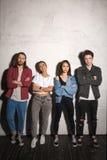 Σοβαρά hipsters που αγαπούν τα ζεύγη που στέκονται πέρα από το γκρίζο υπόβαθρο Στοκ Εικόνες
